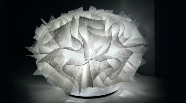 Lampada da tavolo veli couture di slamp in opalflex con base in